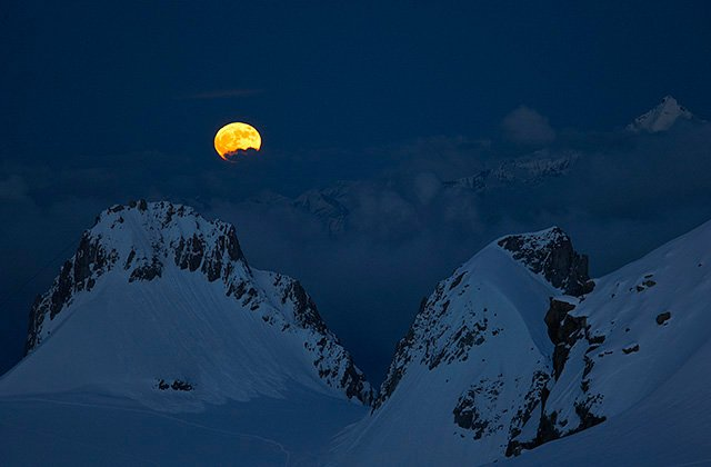 Moon rise on the aiguille de Toule
